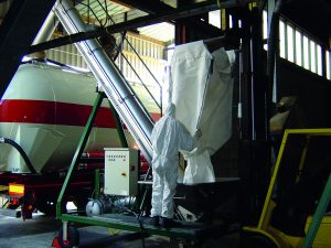 Overslag van big bags in bulkwagen met mobiele laadinstallatie bij Firma Klouwers Terneuzen